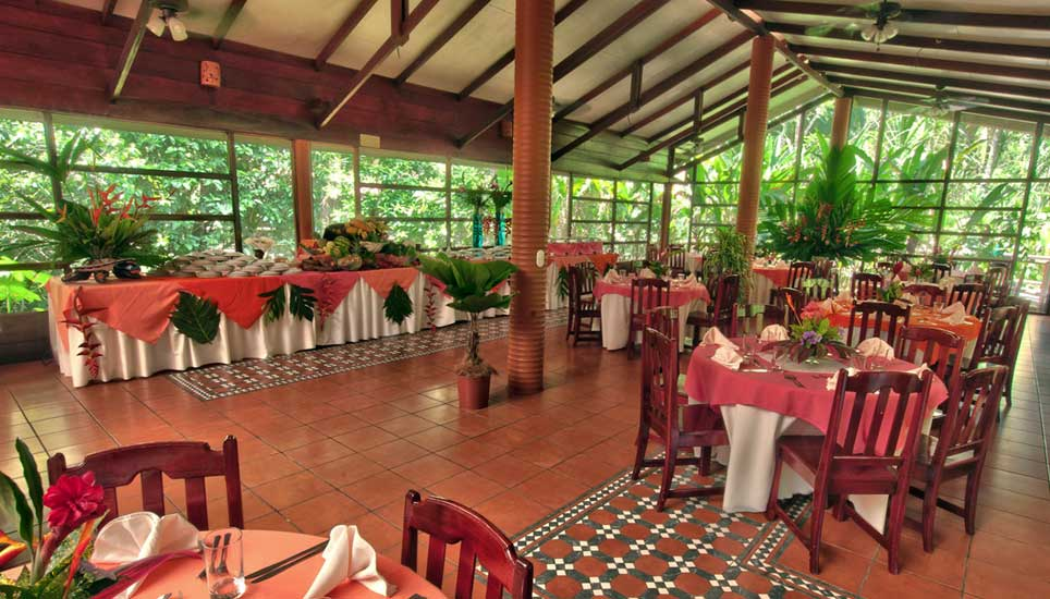 Aninga Lodge dining room